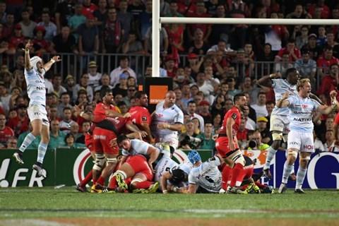 Η στιγμή που το scrum της Toulon καταρρέει και οι Racingmen αρχίζουν να πανηγυρίζουν